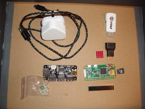 Compontele cu care începem atelierul: RaspberryPi Zero W, 16GB memorie, interfață GPIO, radiator răcire, hub 4 USBuri, adaptor HDMI și VGA, cablu microUSB si transformator.